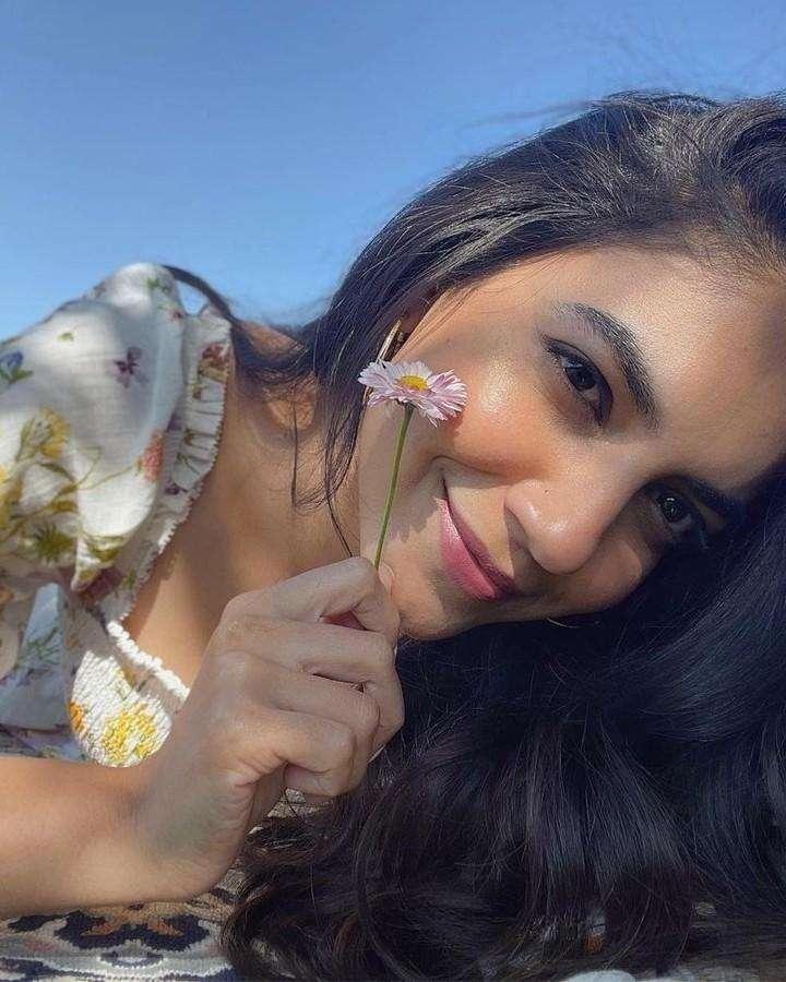 பூவோடு பூவாக தோன்றிய அழகு பூவோ இவள்.. நடிகை ரித்து வர்மாவின் லேட்டஸ்ட் கிளிக்