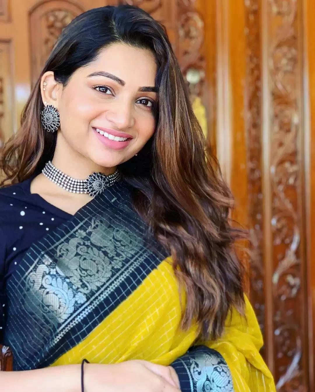 புடவையில் க்யூக் லுக்கில் நடிகை நக்ஷ்த்ரா