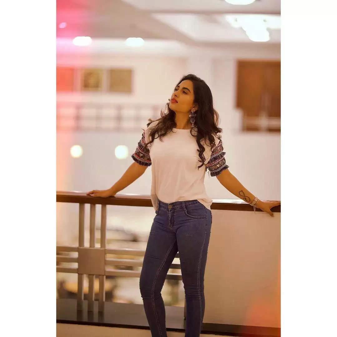 நடிகை சிருஷ்டி டாங்கே ஸ்டைலிஷ் லுக்